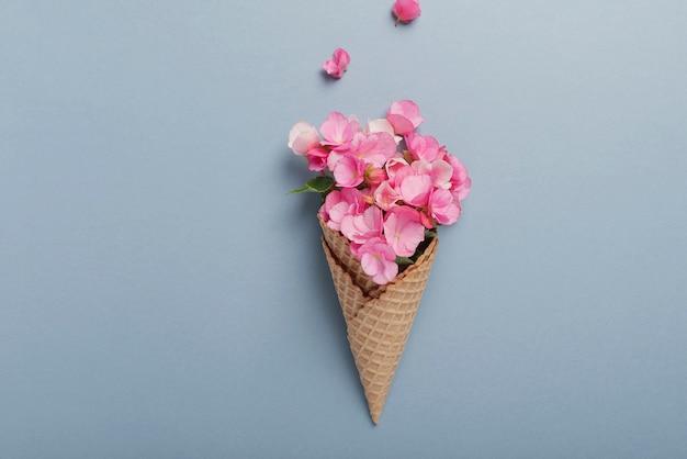 Cornet de crème glacée aux pétales roses