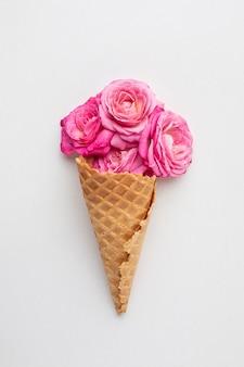 Cornet de crème glacée aux roses