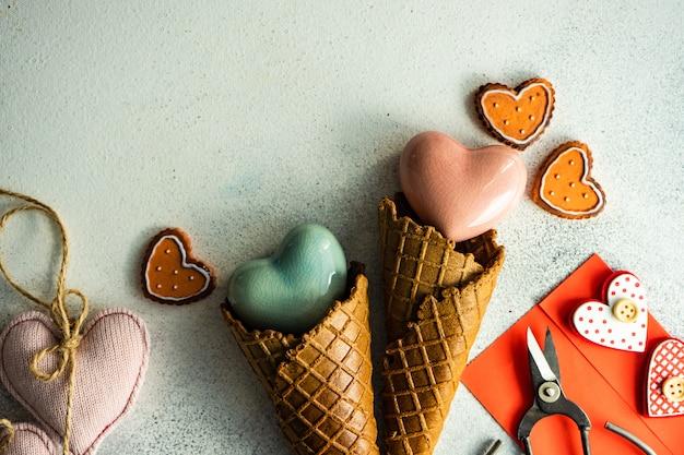 Cornet de crème glacée avec biscuits, enveloppe et ciseaux