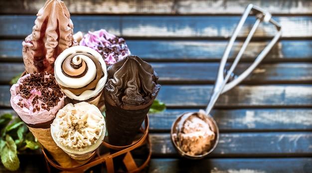 Cornet de crème glacée dans le stand