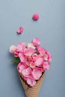 Cornet de crème glacée avec des fleurs de bégonia rose