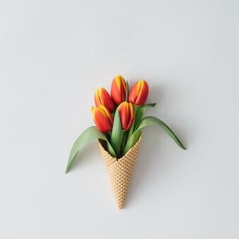Cornet de crème glacée avec des fleurs de tulipes.
