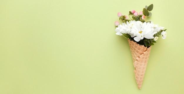 Cornet de crème glacée avec des fleurs