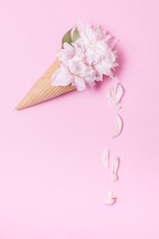 Cornet de crème glacée floral abstrait avec des pétales