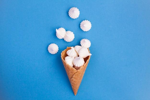 Cornet de crème glacée à la meringue blanche