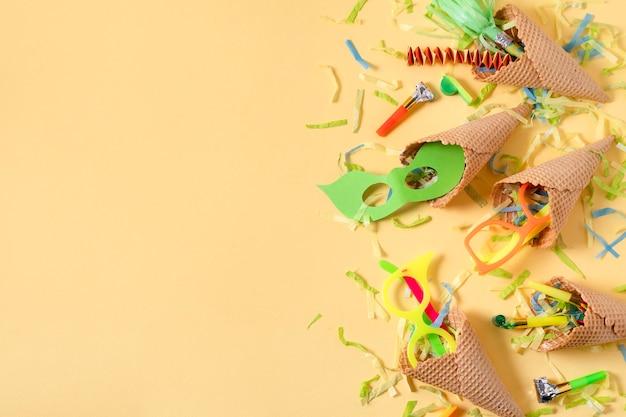 Cornets de crème glacée avec arrangement de confettis