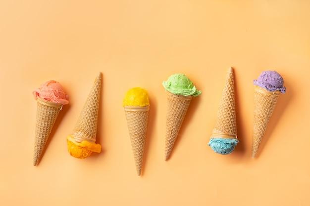 Cornets de crème glacée colorés sur fond jaune. concept d'été