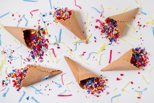 Cornets de crème glacée avec composition de confettis