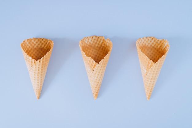 Cornets de crème glacée sur fond plat et bleu, minimalisme