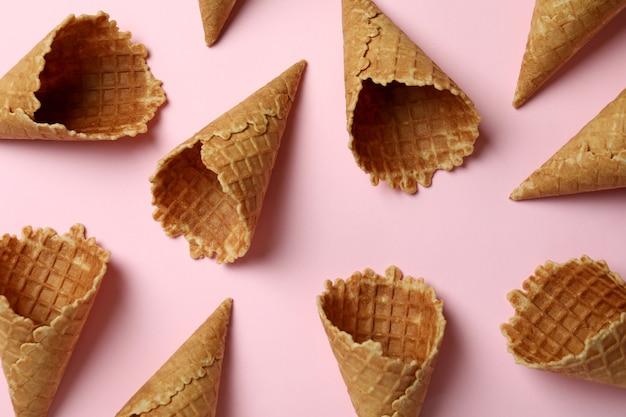 Cornets de crème glacée sur rose