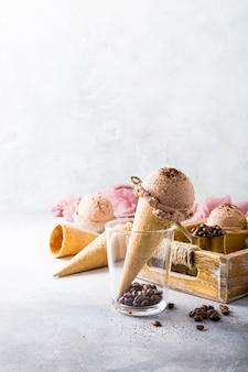Cornets de gaufres avec glace au café