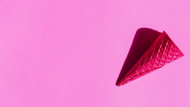 Cornets de glace croustillants vierges sur fond coloré
