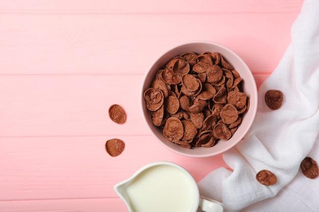 Cornflakes au chocolat pour le petit déjeuner sur la table en gros plan