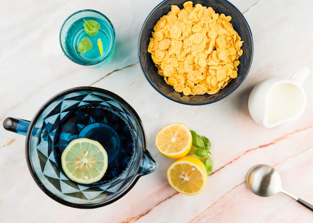 Cornflakes vue de dessus avec du yaourt et de l'eau de citron