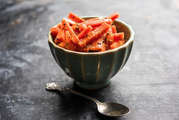 Cornichon aux carottes ou gajar ka achar ou loncha en hindi. servi dans un bol sur fond de mauvaise humeur. mise au point sélective