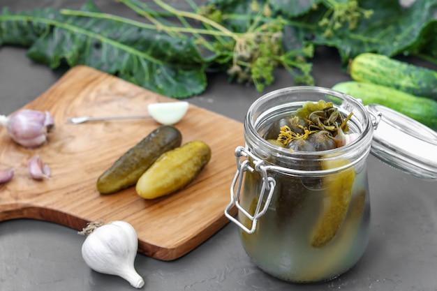 Cornichons - concombres fermentés en conserve dans un bocal en verre