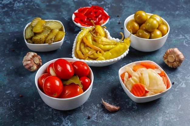Cornichons mélangés délicieux et biologiques faits maison.