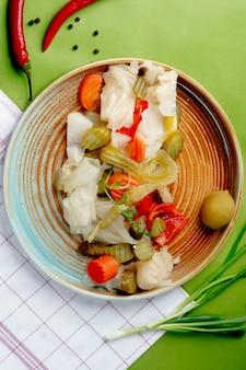 Cornichons mélangés servis sur assiette