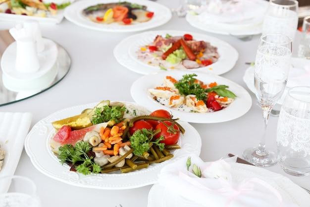 Des cornichons sur une table de fête au restaurant