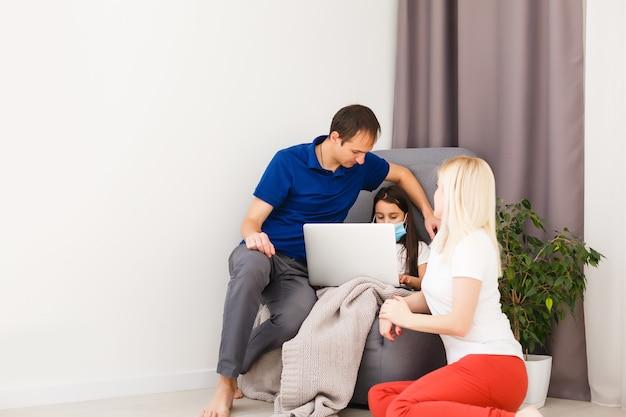 Coronavirus covid-19 et concept d'apprentissage à domicile. une fille étudie avec un apprentissage en ligne avec un ordinateur portable. concept de quarantaine et de distanciation sociale.