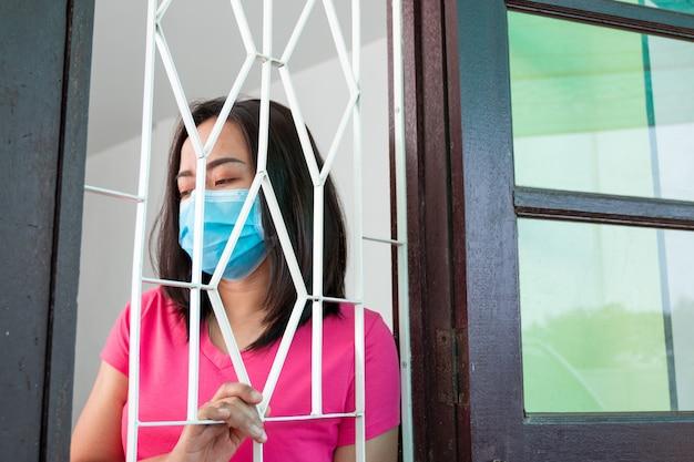 Coronavirus covid-19, femme masquée en quarantaine