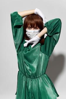 Coronavirus féminin de mode, modèle posant avec des gants et un masque médical de protection