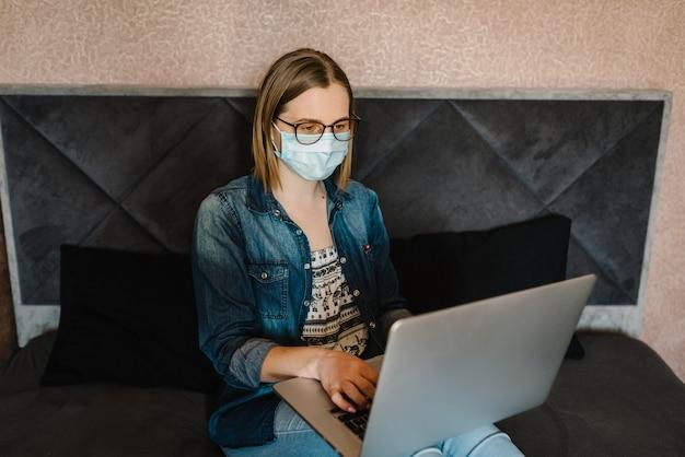 Coronavirus. femme d'affaires travaillant à domicile, portant un masque de protection en quarantaine.