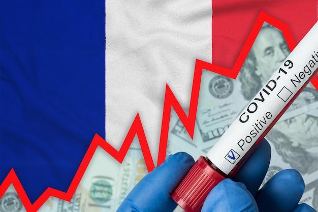 Coronavirus en france. test sanguin positif sur fond de drapeau. augmentation de l'incidence. crise économique.