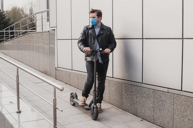 Coronavirus, maladie, infection, quarantaine, masque médical, homme au masque sur scooter électrique en contexte urbain