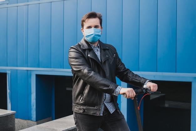 Coronavirus, maladie, infection, quarantaine, masque médical, homme avec masque sur scooter électrique en contexte urbain