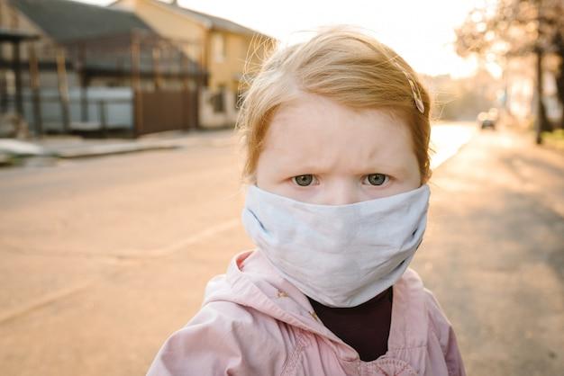 Coronavirus et maladies épidémiques virales. enfant en bonne santé dans un masque de protection médical dans la rue