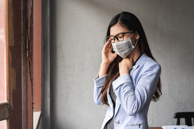 Coronavirus pandémique covid-19, une femme asiatique a un rhume et des symptômes de toux, de fièvre, de maux de tête et de douleurs