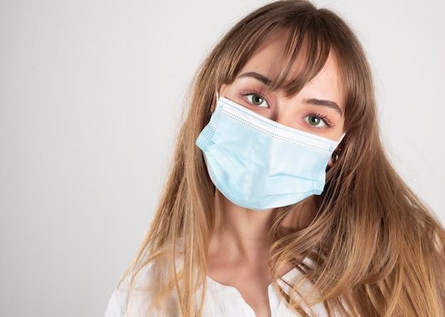 Coronavirus pandémique. masque médical antiviral pour la protection contre les maladies, femme au regard sincère