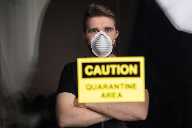 Coronavirus, quarantaine, covid-19 et concept de pandémie. homme triste et malade du virus corona regardant par la fenêtre