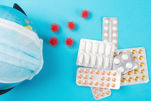 Le coronavirus s'est propagé dans le monde. globe terrestre en masque médical et pilules. épidémie de coronavirus.