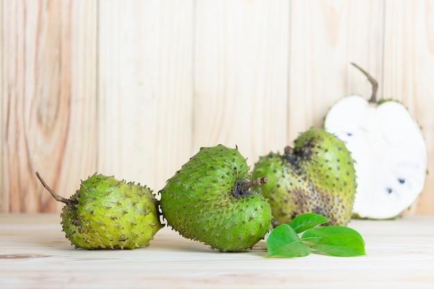 Corossol fruits sur table en bois