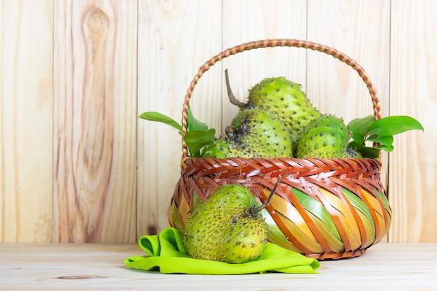 Corossol fruits sur table en bois.