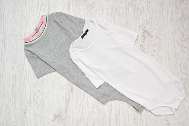 Corps de bébé blanc et gris. concept à la mode