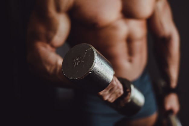Corps bodybuilder titan masculin en sueur