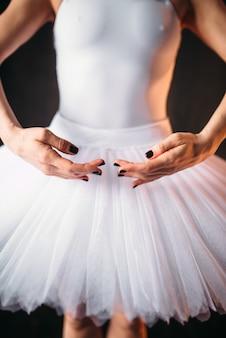 Corps de danseuse de ballet classique en robe blanche