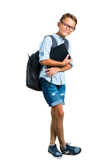 Corps entier de garçon étudiant avec sac à dos et lunettes gardant les bras croisés. retour à l'école