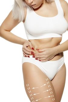 Corps féminin avec les flèches de dessin la graisse perd le concept de liposuccion et d'élimination de la cellulite
