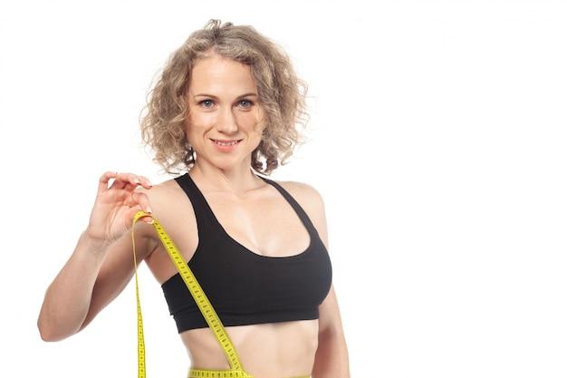 Corps de la femme en bonne santé avec du ruban à mesurer