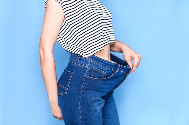 Corps de femme maigre avec un jean pantalon lâche