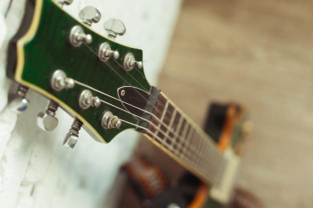Corps de guitare électrique et détail du manche en bois