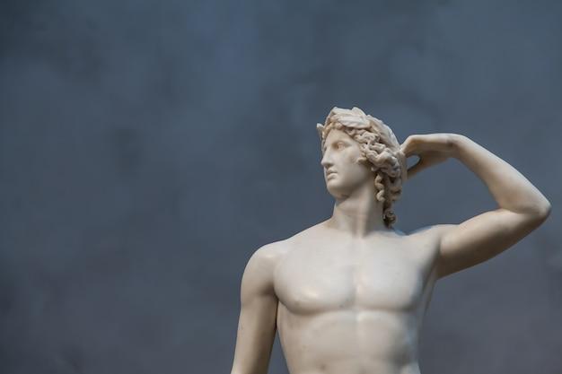 Le corps idéalisé d'apollon et sa pose équilibrée