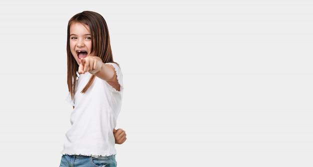 Corps plein de petite fille criant, riant et se moquant d'un autre concept de moquerie et de non contrôle
