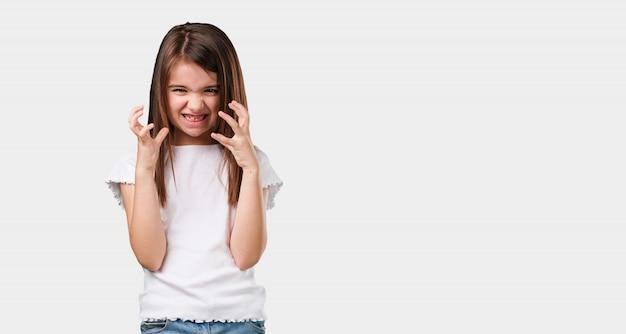 Corps plein petite fille très en colère et contrariée, très tendue, hurlant furieuse, négative et folle