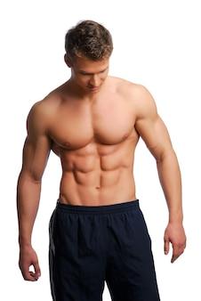 Corps de sport et de santé du jeune homme. isolé sur blanc.