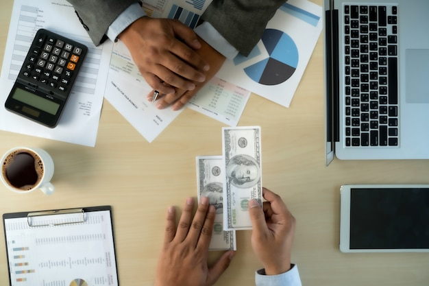 La corruption de l'argent en dollars de l'homme analyse la croissance des bénéfices financiers du commerce des fonds et de change de devises concept de corruption en dollars des états-unis